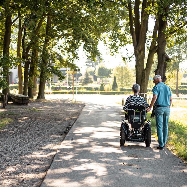 Twizzler Buddy Elekrische rolstoel samen wandelen in het bos