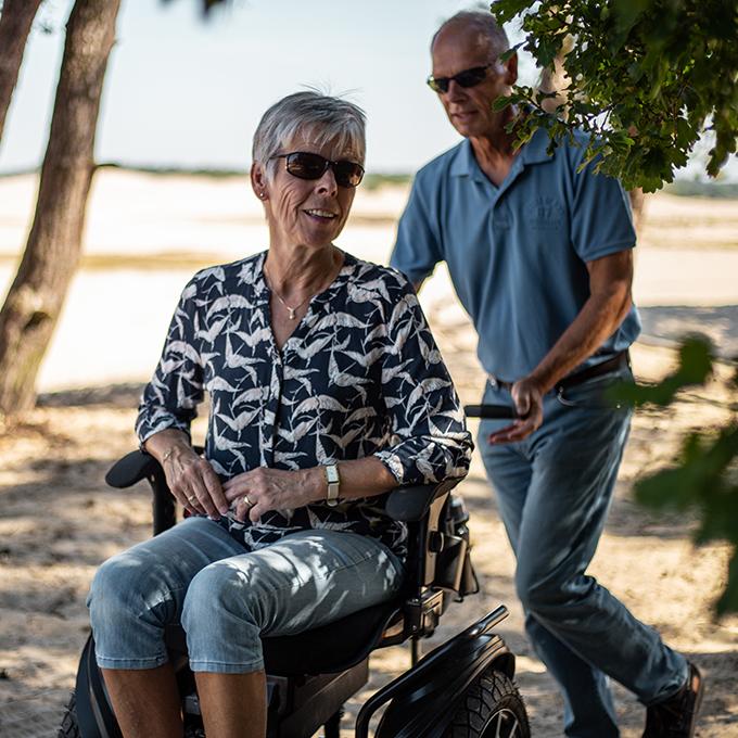 Twizzler Samen wandelen in de duinen met elektrische rolstoel